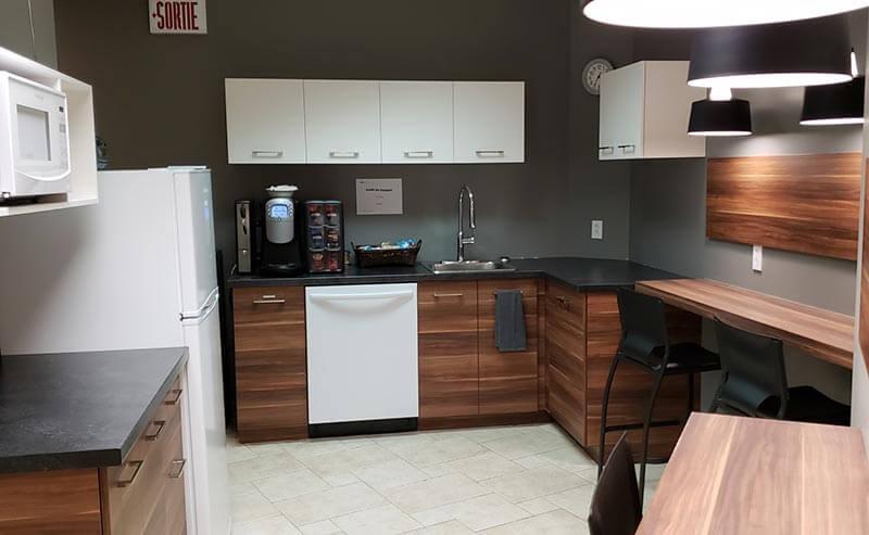 Salle à manger muni de frigo, lave-vaisselle, micro-ondes et coin café